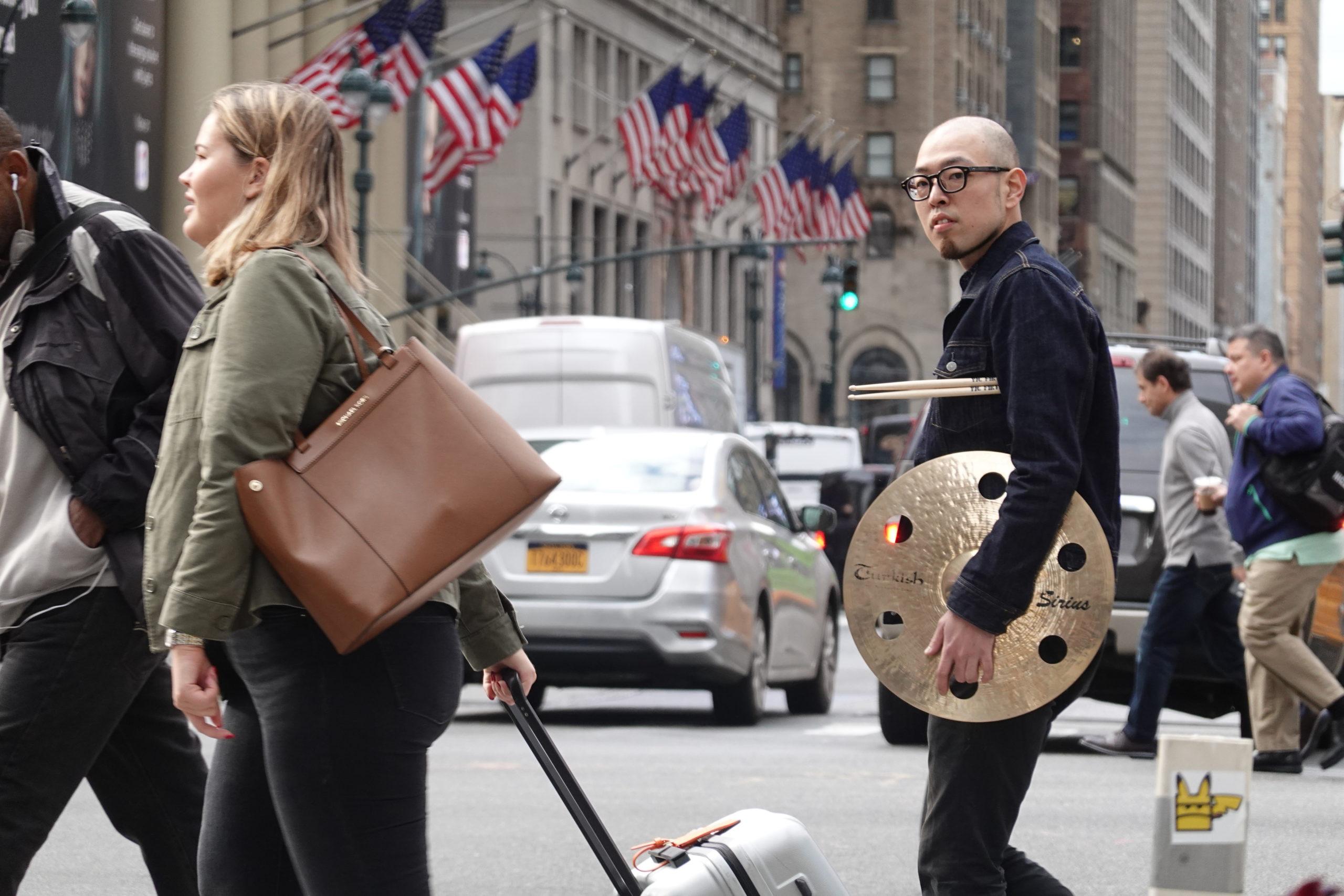 NY街中シンバル持って歩く